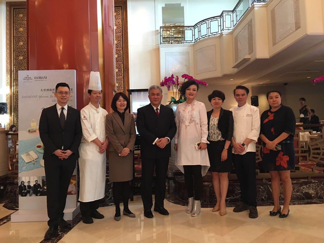 北京中国大饭店与意大利首屈一指的纯手工制作顶级珠宝品牌DAMIANI(玳美雅)共同携手创作DAMIANI 玳美雅蝴蝶系列精品下午茶宴。自2016年5月5日起至7月31日期间,宾客可以在酒店大堂酒廊尽情享受这款美味与艺术完美结合的下午茶宴。   受璀璨珠宝启发,中国大饭店饼房厨师长吴迪独具匠心设计出蝴蝶系列下午茶宴,使得精致美馔与奢华珠宝迸发出绚烂华丽的火花。精致小巧的翻糖钻戒、栩栩如生的巧克力奢侈手包与高跟鞋、以及精心雕刻出的镂空巧克力造型蝴蝶等细节处处与DAMIANI(玳美雅)蝴蝶系列珠宝相互辉映,